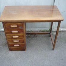 zanedbaný pracovní stolek menších rozměrů