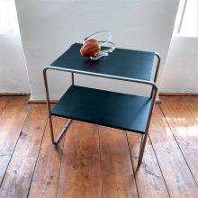 chromovaný odkládací stolek v černém