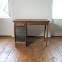 menší pracovní stolek s roletkou